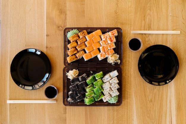 Wachten op vrienden met sushi-broodjes