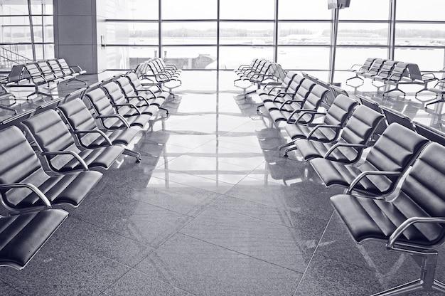 Wachtkamer op de luchthaven, rusland. zwart-wit.