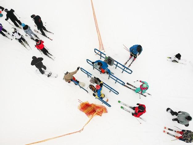 Wachtrij voor de stoeltjeslift van skiërs op het winterresort in sint-petersburg, rusland