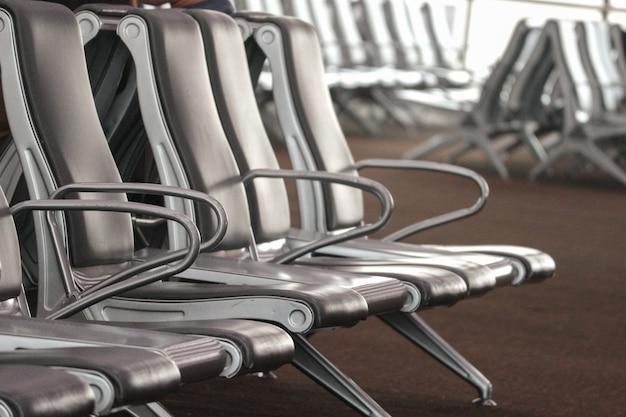 Wachtrijstoelen op instapplaats van luchthaven.