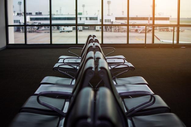 Wachtruimte op de luchthaven. onderwerp is wazig en low-key.