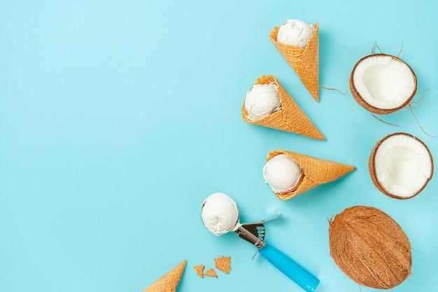 Wafel ijs kegels met kokosnoten op blauwe achtergrond. bovenaanzicht, kopieer ruimte.