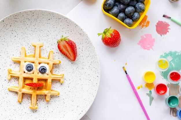 Wafel, kindervoedselkunst, funky ontbijttraktatie achtergrondbehang