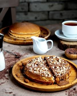 Wafel met chocoladesaus en stukjes amandel