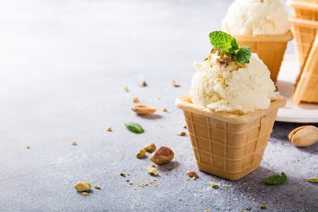 Wafelbekers met vanille-ijs