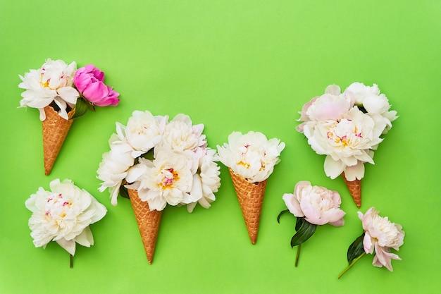 Wafelijs kegels met witte pioen bloemen