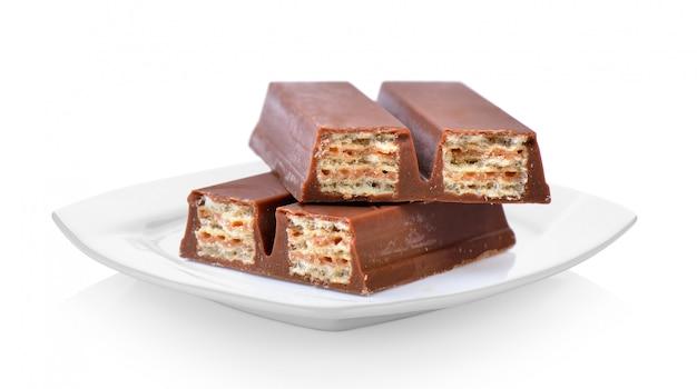 Wafels in chocolade in keramische witte plaat op witte ruimte