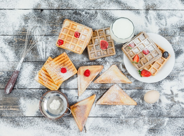 Wafels in plaat met bessen en toast
