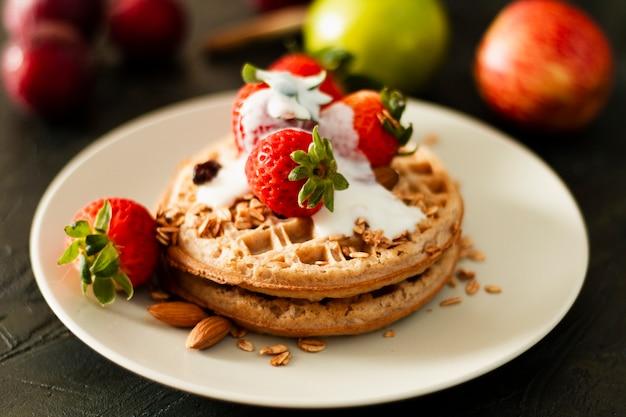 Wafels met aardbeien en yoghurt