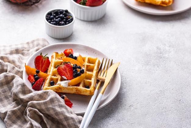Wafels met bessen en fruit Premium Foto