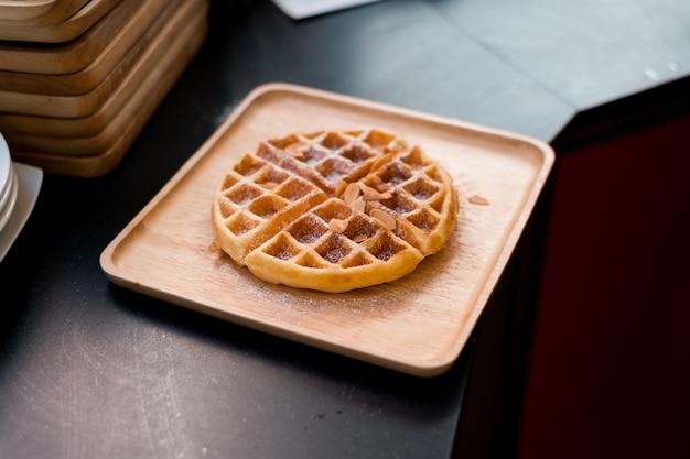 Wafels met boter op houten plaat