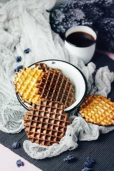 Wafels met chocoladesuikerglazuur met koffie