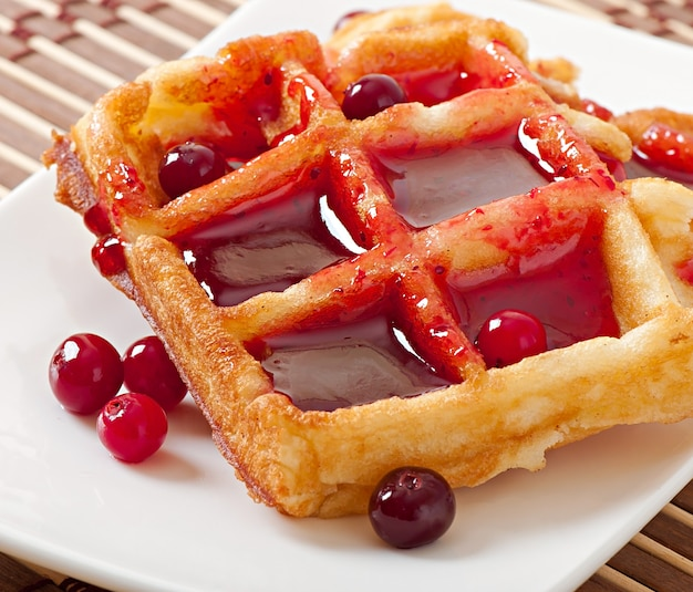Wafels met cranberrysiroop