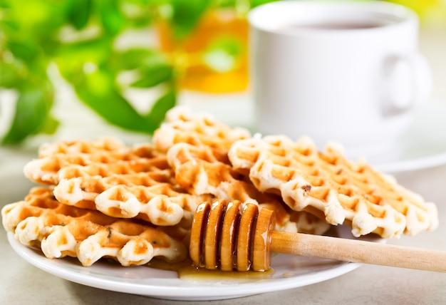 Wafels met honing en kopje thee