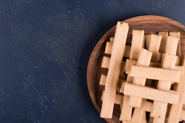 Wafelstokjes in een stapel in een houten schotel