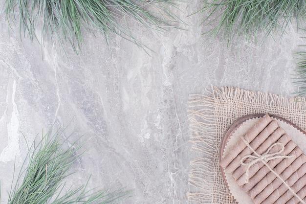 Wafelstokken op een rustieke houten schotel