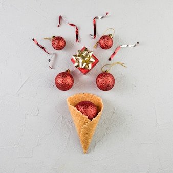 Wafeltjekop met ornamentballen dichtbij kleine giftdoos