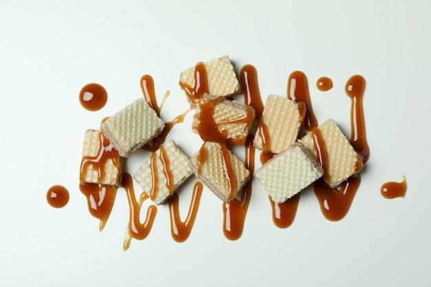 Wafeltjes met karamel op wit