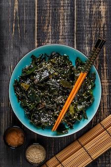 Wakame salade, rauw zeewier, japanse keuken.