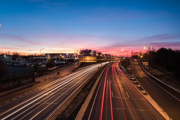 Wakker worden van lichten op de snelweg bij zonsopgang