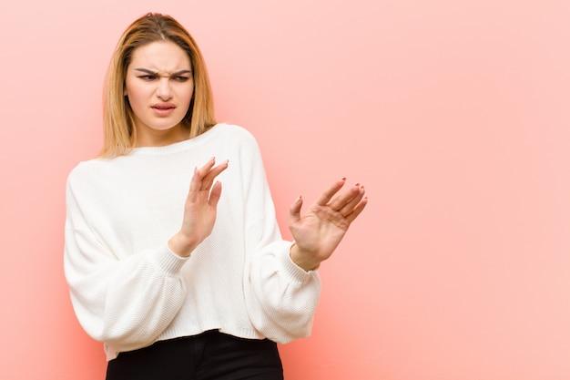 Walging en misselijkheid voelen, afstand nemen van iets smerigs, stinkends of stinkends, bah zeggen