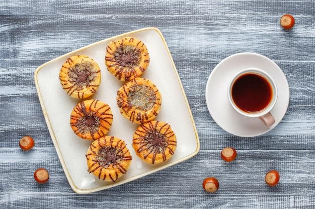 Walnoot en chocolade koekjes met walnoten rond, bovenaanzicht