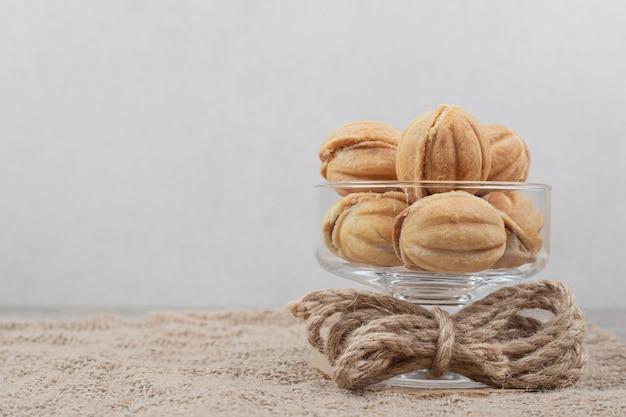 Walnootvormige koekjes in glazen kom.