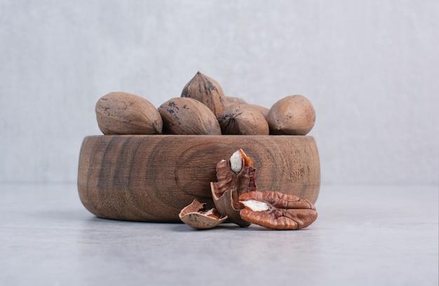Walnoten en walnootpitten in houten kom. hoge kwaliteit foto