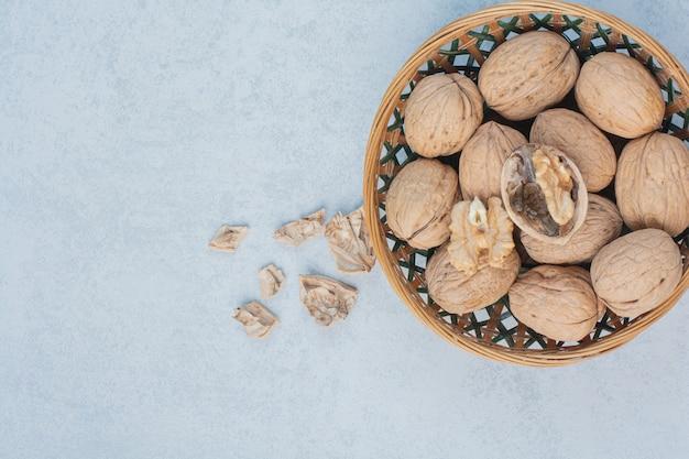 Walnoten en walnotenpitten in ceramische kom. hoge kwaliteit foto