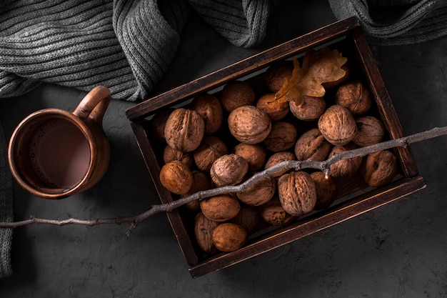 Walnoten in doos en warme chocolademelk