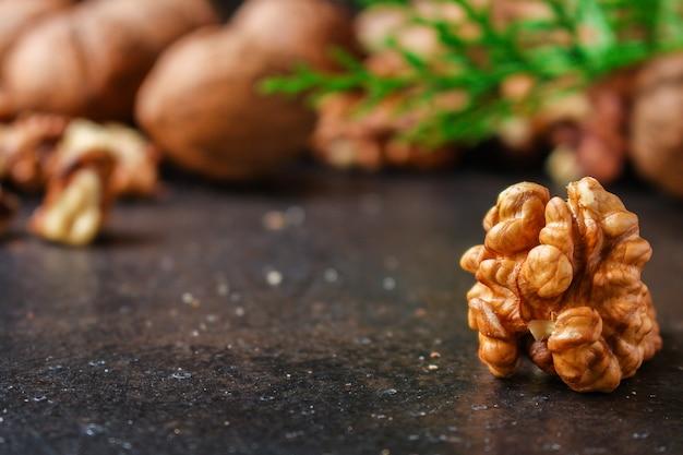 Walnoten, lekker en gezond (kernels, hele noten) menu. voedsel achtergrond. copyspace. bovenaanzicht