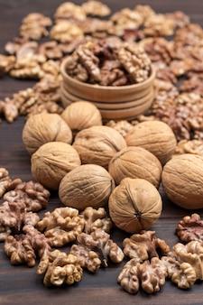 Walnotenpitten, hele walnoten, noten in kom