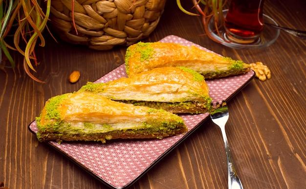Walnut, pistache presentatie en service in antipastlava van turkse stijl