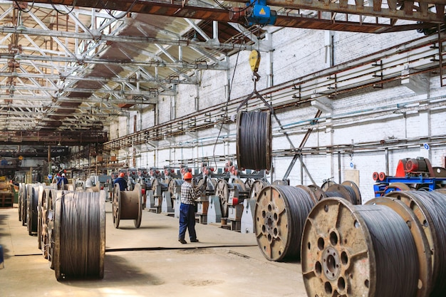 Walsdraad, hulpstukken in magazijnen. werknemer naast een bundel met catalkoy. industrieel pakhuis bij de metallurgische fabriek.