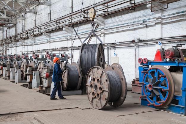 Walsdraad, wapening, gaas in magazijnen. productiemagazijn bij de kabelfabriek.