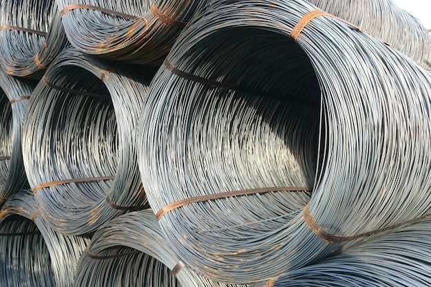 Walsdraad wordt opgeslagen in het afgewerkte goederenmagazijn van de metallurgische onderneming.