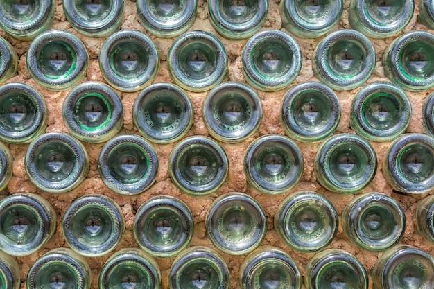 Wand gemaakt van flessen