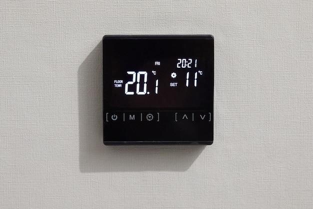 Wanddisplay toont de luchttemperatuur in de kamer. programmeerbare thermostaat voor temperatuurregeling.