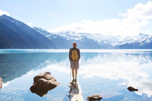 Wandel naar de turquoise wateren van het pittoreske garibaldi-meer in de buurt van whistler, bc, canada. zeer populaire wandelbestemming in british columbia.