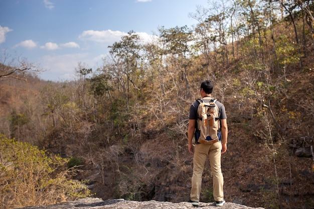 Wandelaar bewondert landschap