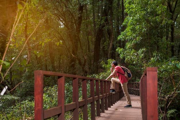 Wandelaar chillen op de oude brug