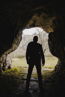 Wandelaar die een grot verkent