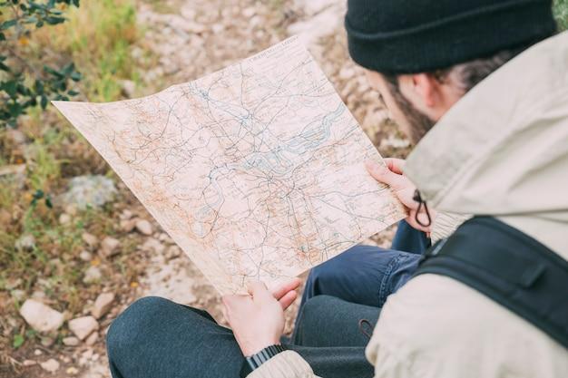 Wandelaar die kaart bekijkt