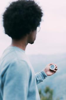 Wandelaar die kompas bekijkt
