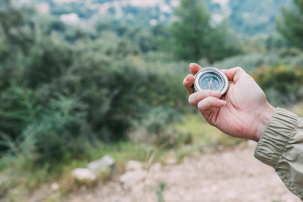 Wandelaar die kompas houdt