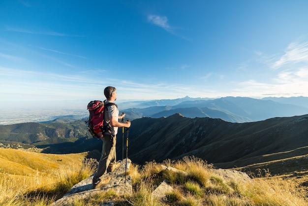 Wandelaar die op de bergbovenkant rust