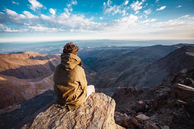 Wandelaar die van een prachtig landschapsmening geniet vanaf de top van mulhacen in sierra nevada, spanje