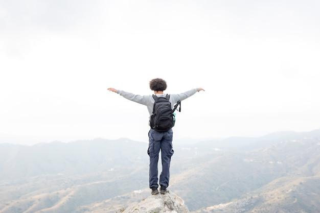 Wandelaar die zich op rots bevindt