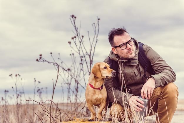 Wandelaar en hond rusten