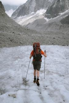 Wandelaar gaat de chamonix alpen in frankrijk op